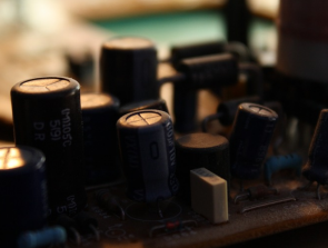 What's the Difference Between Capacitors and Batteries?